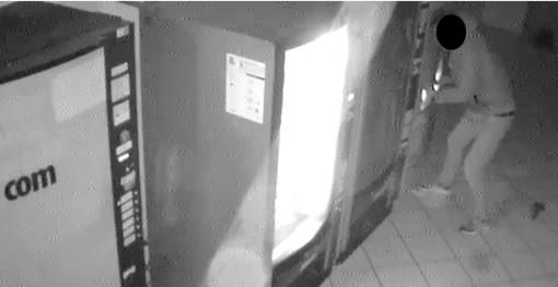 Ruba nelle scuole e in municipio, ma viene ripreso dalle telecamere: quarantenne in manette
