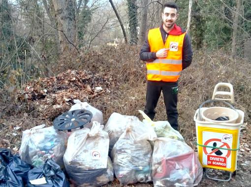 I volontari di Strade Pulite non si arrendono all'inciviltà post lockdown: raccolti 15 sacchi di rifiuti e persino una frizione d'auto