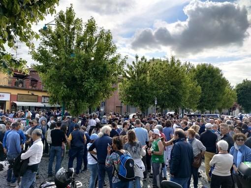 """Tensioni e assembramenti di fronte alla torteria di Chivasso: """"Libertà"""" grida un centinaio di persone"""