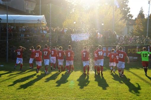 Curva e tifosi biancorossi uniti a tifare Città di Varese (foto Ezio Macchi)
