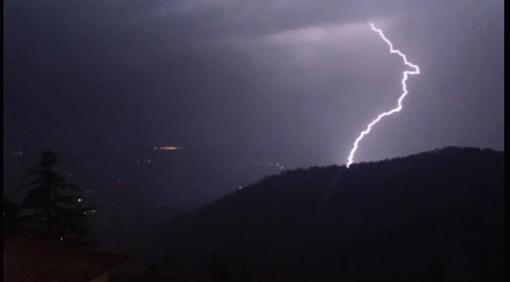 Nella foto di Giuseppe Marangon un fulmine illumina la notte della nostra provincia