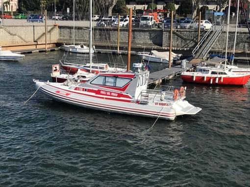 Vento forte sul Varesotto: i vigili del fuoco soccorrono un'imbarcazione in difficoltà sul Maggiore