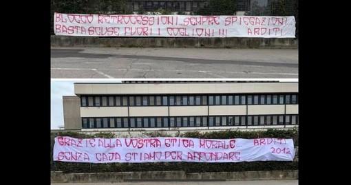 Gli Arditi contestano la Pallacanestro Varese: due striscioni appesi fuori dal palazzetto