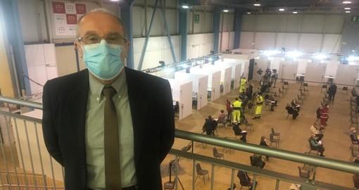 Il dottor Marino Dell'Acqua al centro vaccinale. Nella foto sotto con alcuni dei medici che si sono resi disponibili a MalpensaFiere