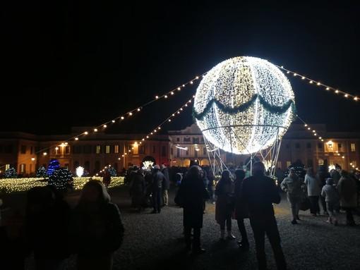FOTO e VIDEO. Un percorso magico illumina i Giardini Estensi: una grande mongolfiera fa volare il Natale