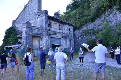 Varesini ammirati davanti alla stazione della vecchia funicolare al Campo dei Fiori (foto Chiodetti)