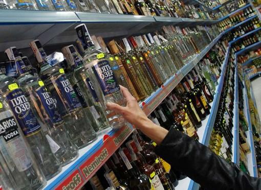 Ruba bottiglie di superalcolici per 150 euro e finisce in manette