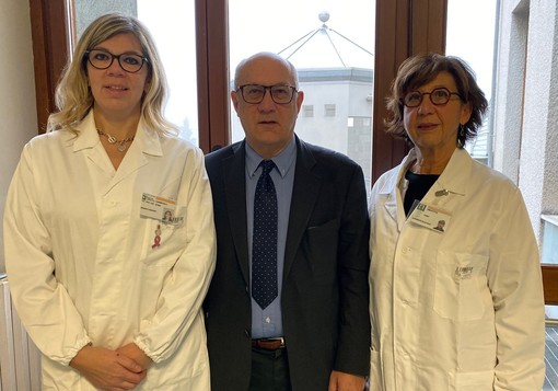 Il professor Fausto Sessa con le due genetiste, la dottoressa Maria Grazia Tibiletti (a destra) e la dottoressa Ileana Carnevali