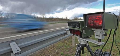 Sull'autostrada svizzera di notte a 229 km/h: denuncia e ritiro della patente per un automobilista elvetico