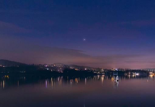 Le luci della nostra terra si specchiano sul lago incantato prima del risveglio (foto tratta dalla pagina Facebook della Società Astronomica G.V. Schiaparelli)