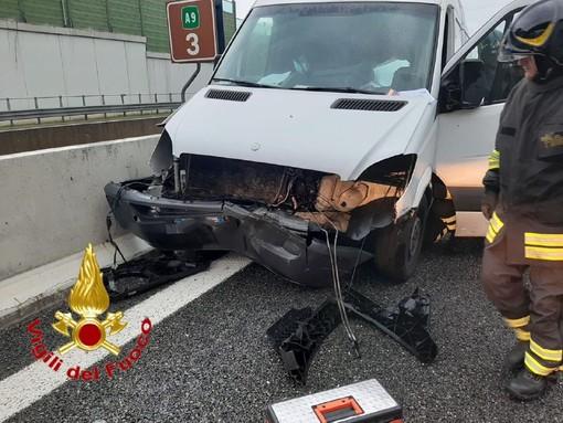 FOTO. Carambola in autostrada tra due furgoni e un'auto: quattro persone ferite