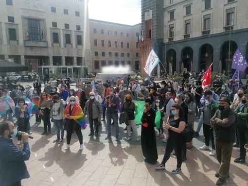 VIDEO. Varese, centinaia in piazza Monte Grappa per il decreto di legge Zan. «Lottiamo da 15 anni. Basta discutere...»