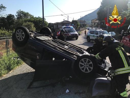 Scontro tra un'auto e un mezzo della raccolta rifiuti: due feriti a Orino