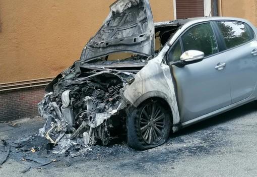 «Uno scoppio e quell'auto in fiamme a poca distanza dai tubi del gas». Paura a Varese in via Cernuschi