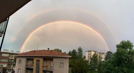 FOTO. Quel doppio arcobaleno sopra l'ospedale del Circolo a Varese: un segnale di speranza che arriva dall'alto