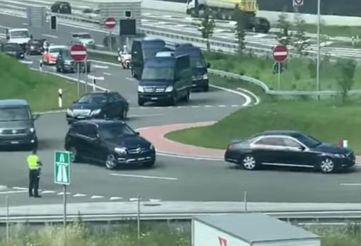 Il corteo con una decina di veicoli tra auto blu, furgoni di scorta e auto della Polizia cantonale che ha accompagnato ieri Di Maio in Ticino