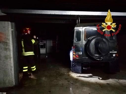 Varese, auto in fiamme all'autosilo delle Corti: centro commerciale invaso dal fumo ed evacuato