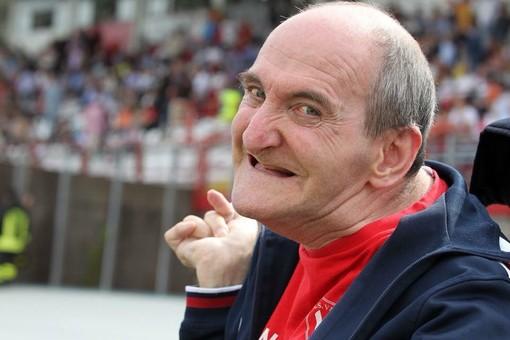 Alfredo Luini, primo tifoso biancorosso, stamattina nella sua casa di Bobbiate ha fatto suonare il campanello della carrozzina per augurare buon compleanno al Varese