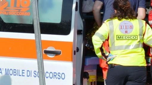 Auto si ribalta dopo uno scontro: sette persone coinvolte tra cui due bimbi