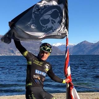 L'OMAGGIO A PANTANI. Martino Caliaro in bici sulle strade del lago con una bandiera del Pirata