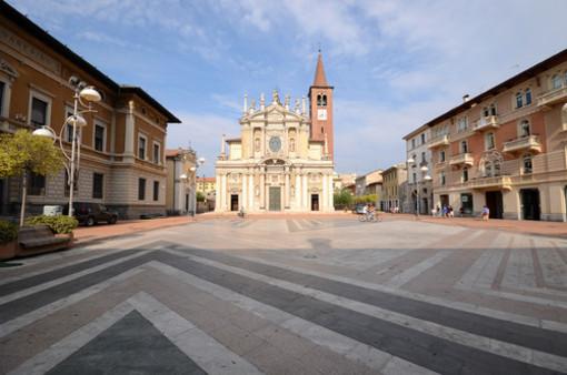 Tavolini, ombrelloni e un rimorchio in piazza San Giovanni: interviene la polizia locale