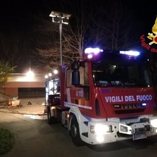 Fiamme alle scuole medie di Solbiate Arno: brucia del materiale sotto la palestra. Il sindaco: «Vandalismo intollerabile»