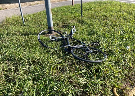 Una delle due biciclette coinvolte nell'incidente. In basso: i carabinieri sul luogo dello scontro