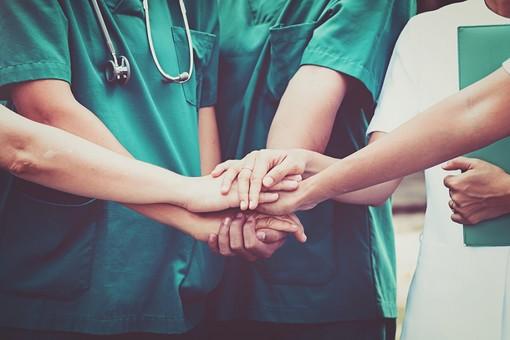 Infermieri e operatori socio sanitari di Varese scrivono a Fontana: «L'organizzazione della sanità non può basarsi solo sulla nostra abnegazione»