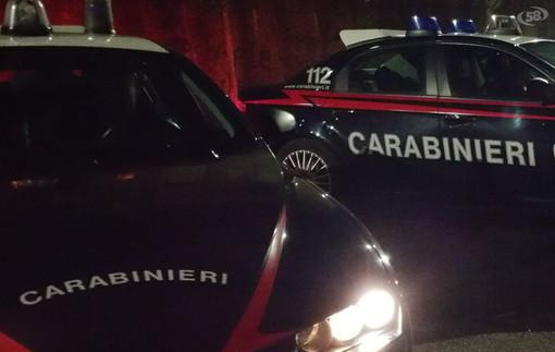 Aggredisce i soccorritori dell'ambulanza, poi se la prende con i carabinieri: per lui doppia denuncia