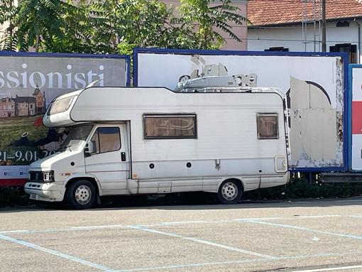 Via il camper dal parcheggio di via Carcano, ma si sposta in via Tonale