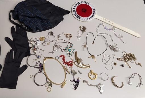 Scopre i ladri in casa e tenta di fermarli: calci e pugni per difendere i gioielli