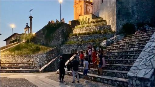VIDEO. «Oh Happy Day»: un coro gospel improvvisato e magico nella notte di mezza estate del Sacro Monte