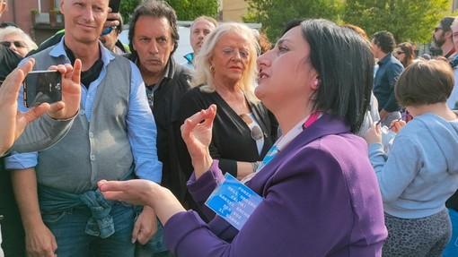 Torteria di Chivasso: folla, striscioni e dediche sui vetri per la titolare Rosanna Spatari. La vicinanza di Italexit e di Paragone (FOTO e VIDEO)
