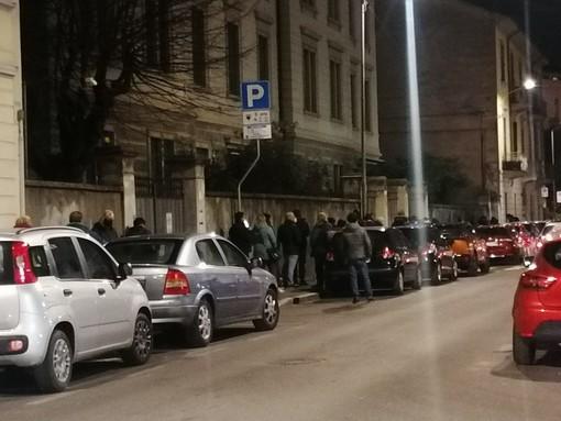 L'OPINIONE. E se in quella fila per il cibo sui marciapiedi di Varese un giorno ci trovassimo anche noi?