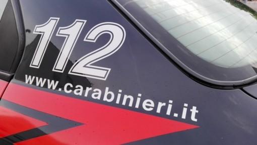 Blitz dei carabinieri: pusher tenta di lanciarsi dalla finestra del secondo piano per fuggire ma viene arrestato