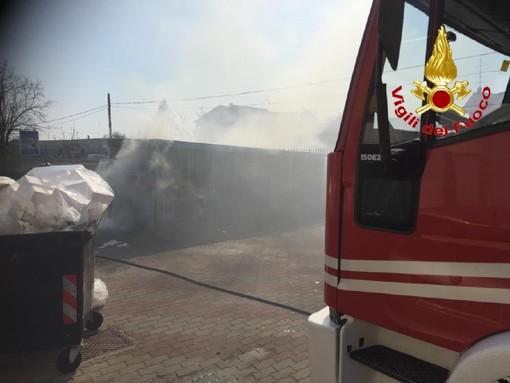 Gorla Maggiore, cassonetto in fiamme davanti al punto vendita di alimentari