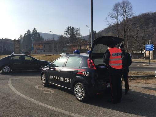 Finisce fuori strada con l'auto, soccorso dai carabinieri e trovato positivo all'alcotest