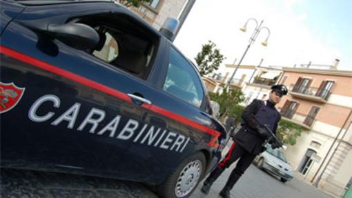 Ruba trucchi e magliette in due negozi di Gallarate, denunciato dai carabinieri un 25enne