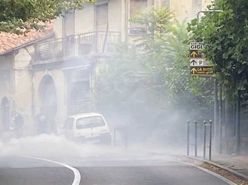 Auto in fiamme: momenti di paura sulla Provinciale a Cittiglio