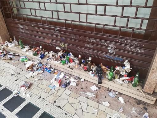 Corso Aldo Moro invaso dai rifiuti. E i cittadini lo ripuliscono