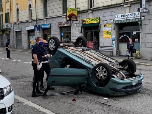 FOTO. Varese, paura in via Magenta: auto si ribalta dopo lo schianto