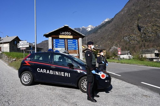 Si ubriaca in Val d'Ossola, sfonda porte e lancia vasi: nei guai varesino in vacanza