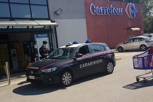 Luino, ruba un paio di scarpe e spintona la guardia: arrestato dai carabinieri