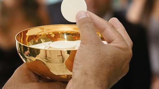 Emergenza Coronavirus anche a Messa: dalla Diocesi di Milano l'indicazione di distribuire la Comunione sulla mano e non in bocca