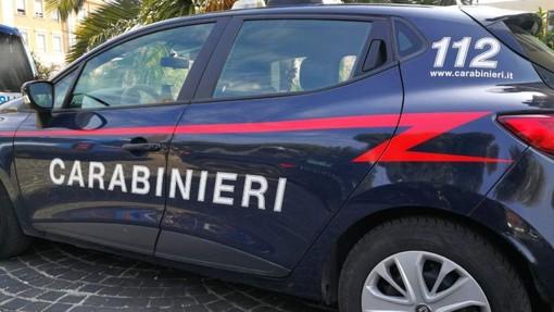 Vuole da bere, il barista non lo accontenta: ubriaco danneggia il locale e minaccia gli avventori, poi assale i carabinieri