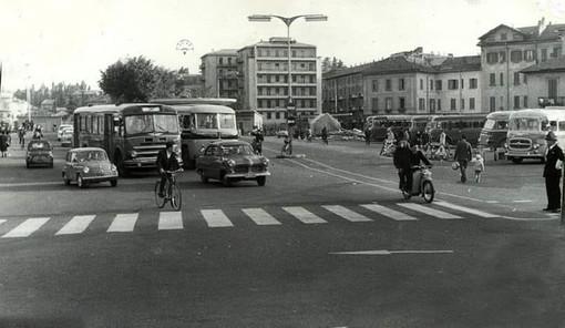 La fermata degli autobus di piazzale Kennedy torna al passato. Capolinea di fronte alla stazione Fs, come era una volta