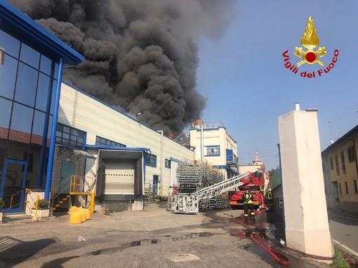 Incendio alla Gallazzi sotto controllo: per l'Arpa al momento nessun pericolo