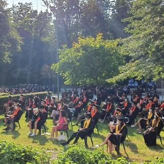 La cerimonia nel cortile della scuola