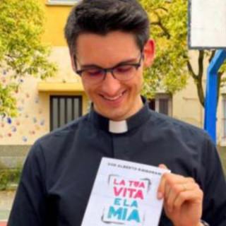 Don Alberto Ravagnani con il suo libro