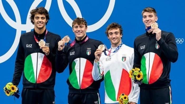 Secondo bronzo per Nicolò Martinenghi, secondo da sinistra con la medaglia appena conquistata nella staffetta mista 4x100 mista